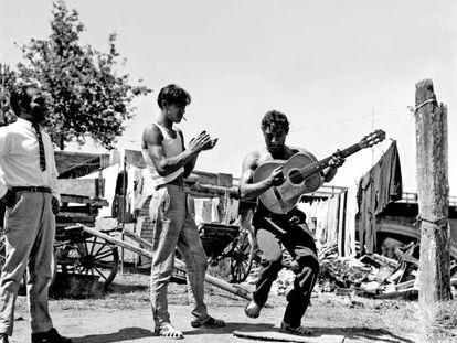 Una de las fotografías de Jacques Leonard incluidas en el libreto: El Babuna, gitano catalán, toca la guitarra en Toulousse en 1962.