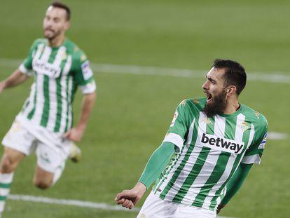 Borja Iglesias canta el gol que le hizo a Osasuna. Detrás, su compañero Canales.