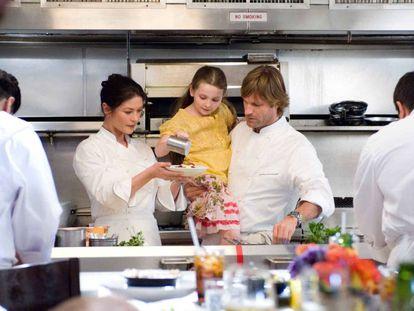 Catherine Zeta‑Jones y Aaron Eckhart en la cocina del restaurante donde trabajan en la película 'Sin reservas' (2007).