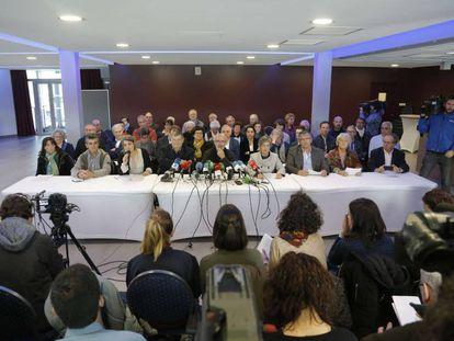 """El grupo de """"mediadores"""" en el desarme de ETA en un acto reciente en Bayona (Francia)."""