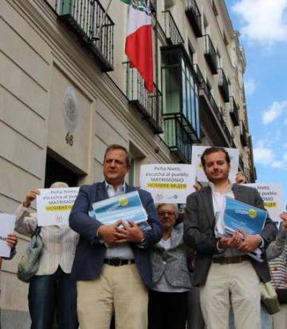 Miembros de CitizenGo ayer frente a la embajada de México en España