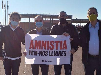 Desde la izquierda, el presidente de Òmnium, Jordi Cuixart, y los exconsellers Jordi Turull, Raül Romeva y Joaquim Forn, al salir de la cárcel de Lledoners (Barcelona), el viernes pasado.