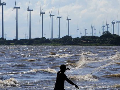 Parque eólico frente al Lago Cocibolca, al sur de Managua (Nicaragua).