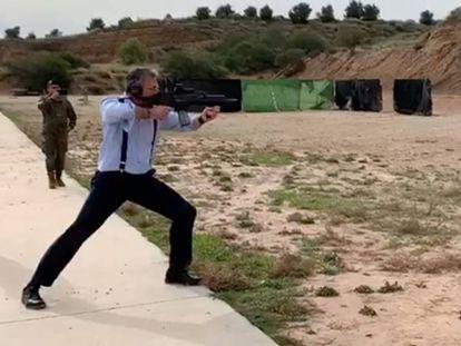 El secretario general de Vox, Javier Ortega Smith, dispara en la base de la Brigada Paracaidista en Murcia, el pasado 29 de enero.