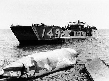 Una lancha de desembarco estadounidense parte de Palomares el 17 de enero de 1966, tras dejar en la orilla hallazgos de su búsqueda de los misiles nucleares caídos en zona.