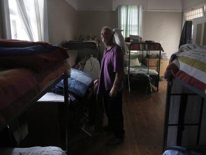 Jerry, con su cacatúa Prince, fue acogido en el refugio LGTB de Ciudad del Cabo y ahora colabora con la organización.