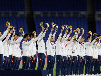 Los jugadores de la selección española de fútbol reciben en el podio la medalla de plata durante los Juegos Olímpicos 2020, este sábado en el Estadio Internacional de Yokohama en Yokohama (Japón). EFE/Fernando Bizerra