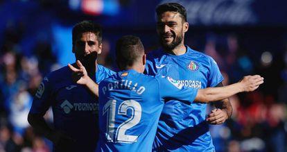 Portillo y Bergara felicitan a Molina tras su gol de penalti.