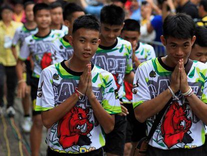 Los 12 niños rescatados de una cueva de Tailandia en su primera aparición pública este miércoles. En vídeo, las primeras palabras de los menores.