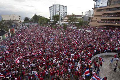 Aficionados costarricenses celebran en San José.