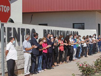 Concentración ante el centro penitenciario de Alicante II, en Villena, este jueves.