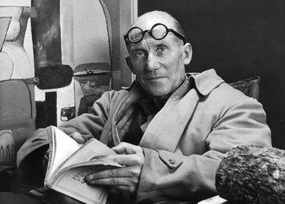 Le Corbusier, leyendo en su casa en una imagen sin datar.