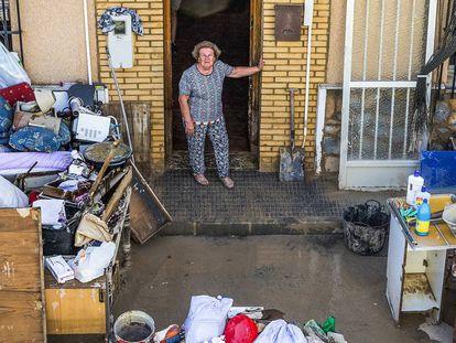 Una vecina de Orihuela ante la puerta de su casa, devastada por el paso de la gota fría en septiembre.