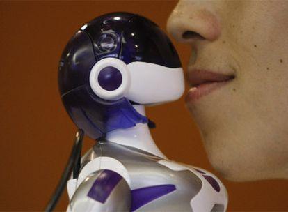 La robot EMA es muy cariñosa según sus fabruicantes y puede besar, cantar y bailar.