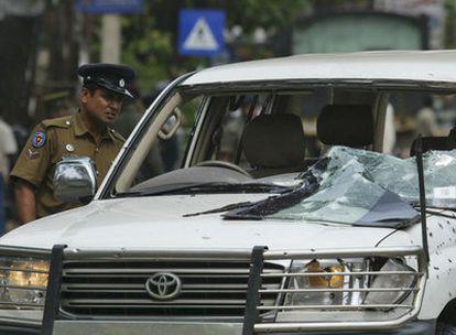 El coche de ministro ceilanés de Construcción Nacional, D. M. Dassanayake, tras la explosión que ha causado su muerte.