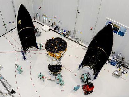 La sonda Lisa Pathfinder, en el centro, junto a la cápsula del cohete Vega en la que se lanzará al espacio desde Guayana Francesa