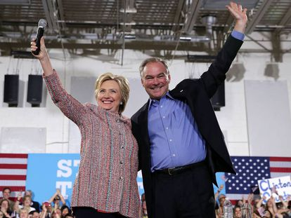 Tim Kaine junto a la candidata demócrata la semana pasada en Virginia.