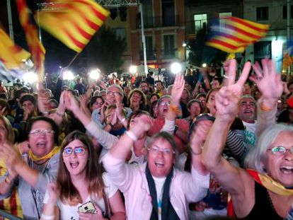 Simpatizantes de Junts pel Sí celebran la victoria de la lista unitaria independentista.