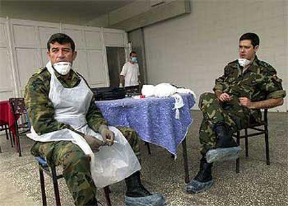 Dos médicos militares españoles, en una morgue provisional cerca de Trabzon, el pasado 27 de mayo.