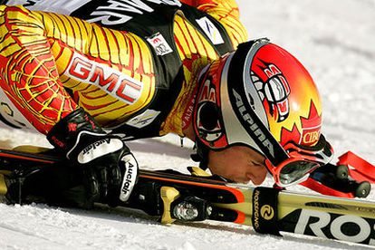 Thomas Grandi besa la nieve en la meta de Alta Badia tras acabar la segunda manga y ganar.