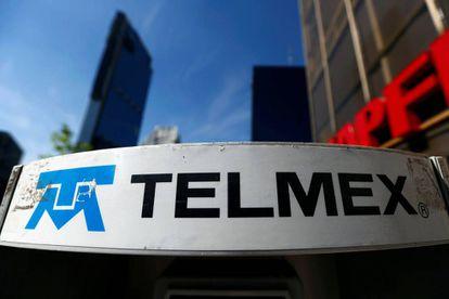 Logo de Telmex en una cabina de la Ciudad de México.