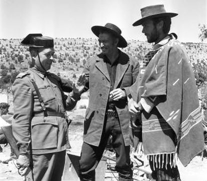 Eastwood y Van Cleef, charlan con un guardia civil en un descanso del rodaje.