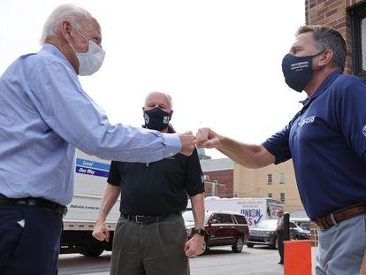 El candidato demócrata, Joe Biden, visita a un grupo de trabajadores en Pensilvania.