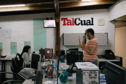 Dos periodistas hablan en la Redacción del periódico digital 'Tal Cual' en Caracas, Venezuela.