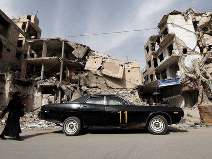 Un coche aparcado frente a un edificio en ruinas, el martes en Duma, en la periferia de Damasco.