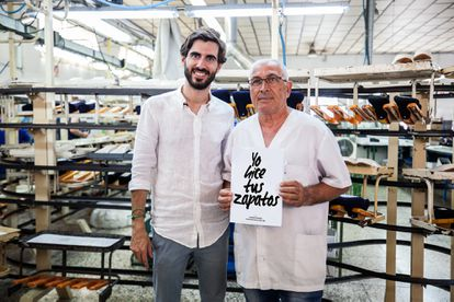 Pablo Mas, fundador de la marca Yuccs, junto a uno de los empleados de la empresa.