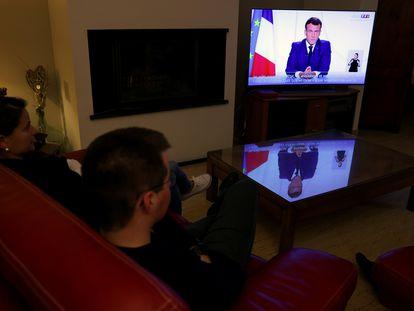 Una familia francesa escucha el nuevo discurso sobre el coronavirus del presidente Emmanuel Macron.