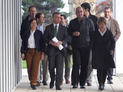 El líder del PNV, Iñigo Urkullu, junto a los candidatos de de Gipuzkoa en Miramón hoy en San Sebastián.