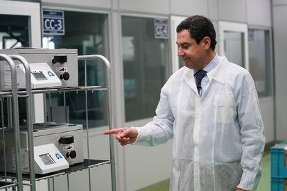 El presidente de la Junta de Andalucía, Juan Manuel Moreno, junto a los nuevos respiradores en las instalaciones de Fujitsu en Málaga.