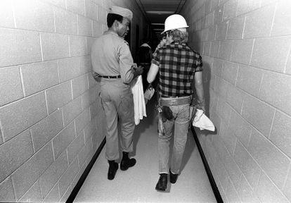 Victor Willis y David Hodo, dos de los miembros de Village People, en el 'backstage' durante un concierto en Atlanta en 1979.