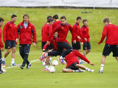 Jordi Alba salta durante un entrenamiento de la selección española de fútbol con vistas a los Juegos de Londres
