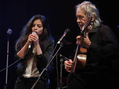 Soleá Morente y Paco Ibáñez en el concierto Música por la Vega, celebrado en Granada en 2014.