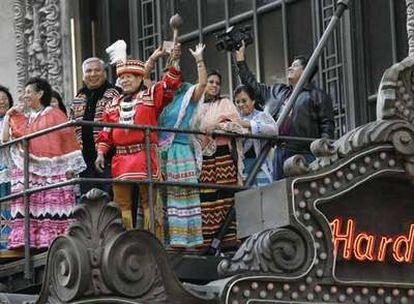 Un grupo de semínolas celebra en diciembre de 2006, en la marquesina del Hard Rock Cafe de Times Square (Nueva York), la compra de la cadena.