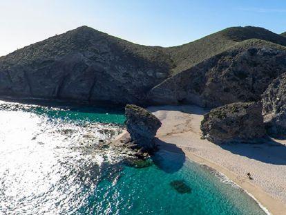 Playa de los Muertos, en Carboneras (Almería), donde arribó la patera con el migrante fallecido tras caer por un precipicio.