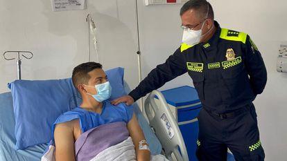 El director general de la Policía de Colombia, general Jorge Vargas, visita a Jesús Pineda, patrullero herido en un ataque en Bogotá.