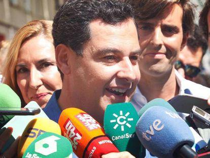 El presidente de la Junta de Andalucía, Juan Manuel Moreno, atiende a los medios de comunicación en Málaga.