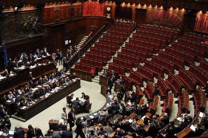 Los bancos de la oposición vacíos durante la intervención de Berlusconi.