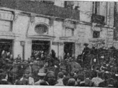 La comitiva funeraria de Calderón se detiene ante el Teatro Español.