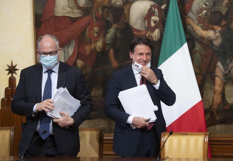 El primer ministro italiano, Giuseppe Conte (derecha), junto al ministro de Economía Roberto Gualtieri durante la presentación del paquete de medidas.