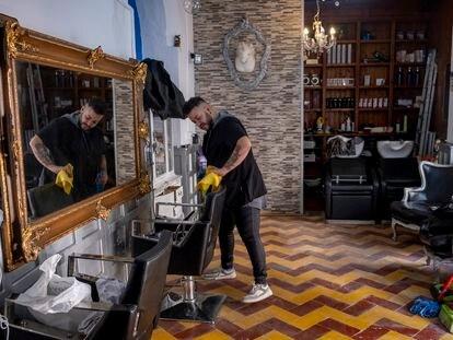 Salvador Polonio, propietario de la peluquería Salva Style, este miércoles, en la calle Pureza de Sevilla.