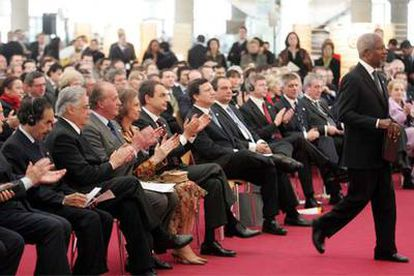 Kofi Annan se dirige a la tribuna de la cumbre antiterrorista de Madrid, presidida por el rey Juan Carlos.