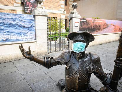 Estatua de Don Quijote se protege contra el coronavirus frente a la casa natal de Cervantes en Alcalá de Henares.