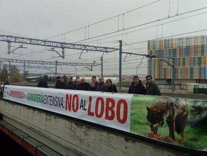 Ganaderos de Ávila la semana pasada tras una pancarta en la que muestran su rechazo al lobo.