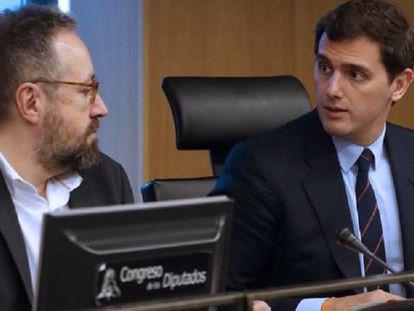 Juan Carlos Girauta y Albert Rivera, durante la reunión del grupo parlamentario, este martes.