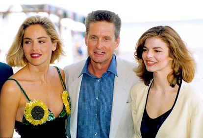 Sharon Stone, Michael Douglas y Jean Tripplehorn, en mayo de 1992 en el Festival de Cannes en la presentación de 'Instinto Básico'.
