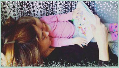 Una madre lee junto a su hija el libro de mindfulness.